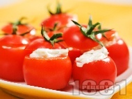 Парти хапки от пълнени чери домати със синьо сирене, майонеза и крутони